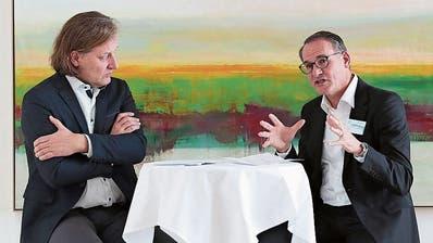 Alois Metz, Klinikseelsorger (links) und Chefarzt Josef Jenewein im Gespräch. (Roger Zbinden, Oberwil, 30. November 2019)