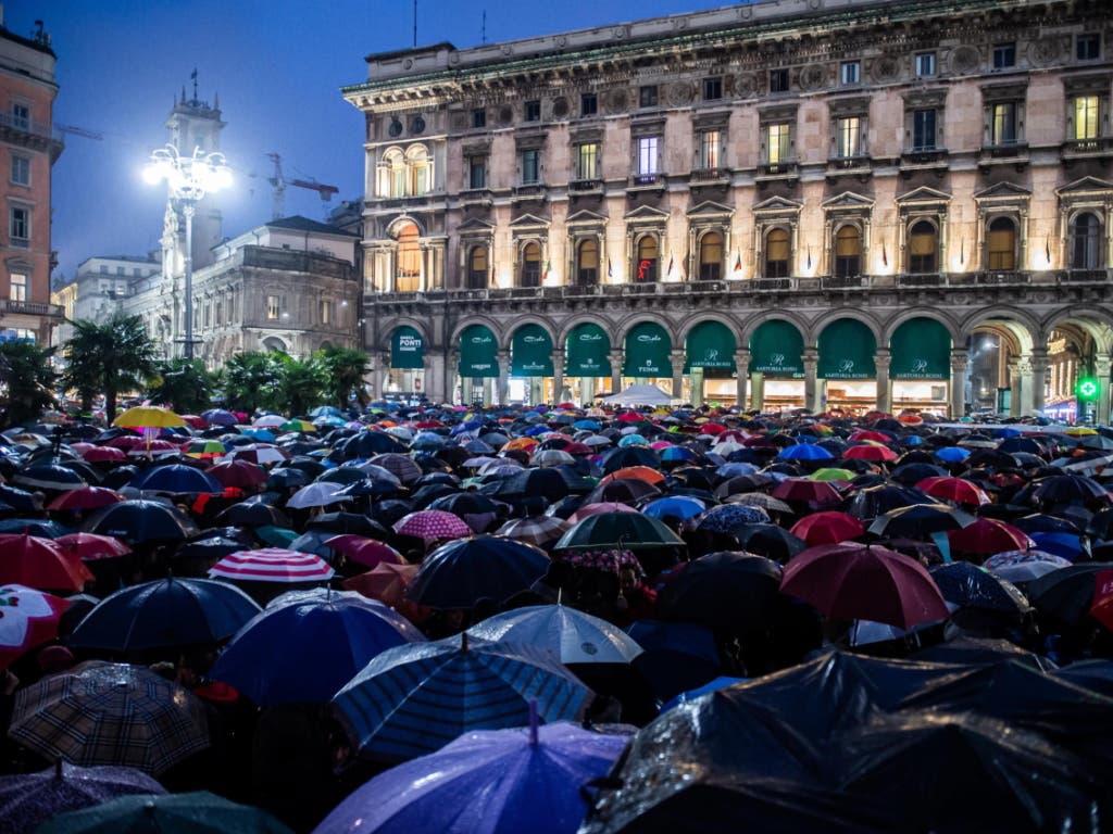 Bei strömendem Regen demonstrierten zehntausende Menschen auf dem Mailänder Domplatz gegen die rechte Lega und ihren Chef Salvini.