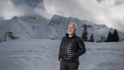Theo Schnider, Direktor der Biosphäre Entlebuch, fotografiert auf der Rossweid in Sörenberg mit dem Brienzer Rothorn im Hintergrund. (Bild: Pius Amrein, 27. November 2019)