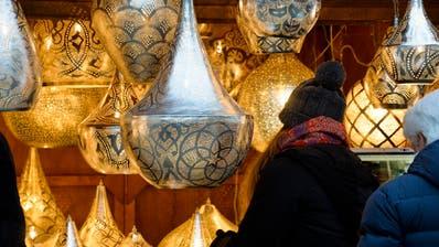 Weihnachtsmarktin Frauenfeld: Das ist psychedelisches Licht (im Bild) und Alkohol (nicht im Bild). ((BIld: Donato Caspari, 15.Dezember 2018))