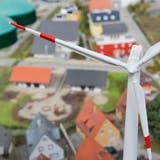 Wie wirken sich Windräder auf Preise von Einfamilienhäuser aus?  Modell eines Energiedorfes in der Swiss Future Farm. ((Bild: Donato Caspari))