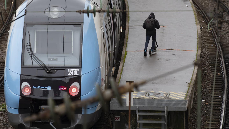 Weil die Züge stillstehen, steigen viele Pendler auf E-Trottis um. Hier an der Gare Saint Lazare. (Bild: Keystone)
