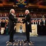 Peter Handke erhält von König Carl Gustav den Nobelpreis für Literatur 2019. (Foto: Jonas Ekstromer/TT News Agency via AP/ 10.12.2019.)
