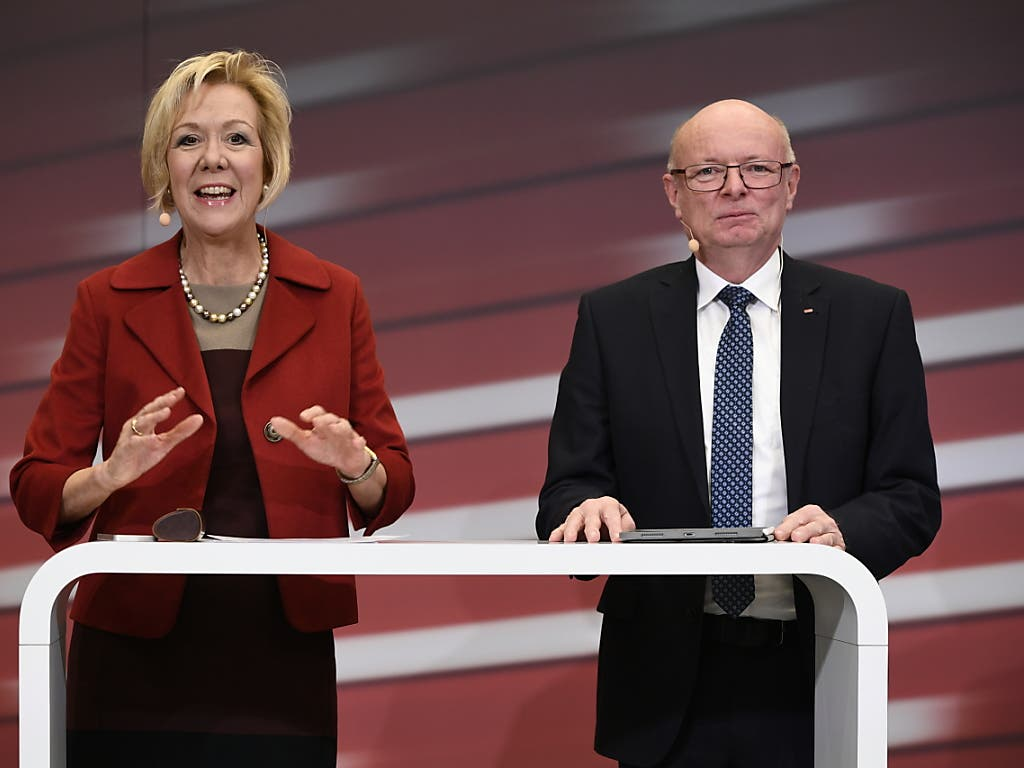 Monika Ribar, Verwaltungsratspräsidentin SBB, links, stellt an einer Medienkonferenz den neuen CEO der SBB, Vincent Ducrot, rechts, vor.