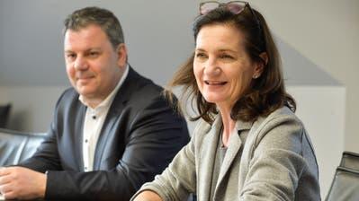 Schulpräsidentin Seraina Perini stellt ihren künftigen Immobilien-Fachmann Nicola Maimone vor. ((Bild: Donato Caspari))