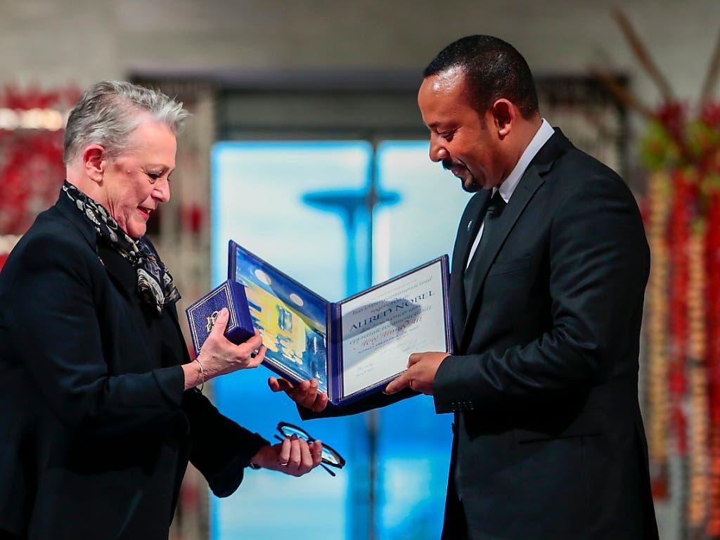 Der äthiopische Ministerpräsident Abiy Ahmed (r.) ist mit dem Friedensnobelpreis auszeichnet worden. Die Vorsitzende des norwegischen Nobelkomitees, Berit Reiss-Andersen, überreichte Ahmed die Urkunde in Oslo.