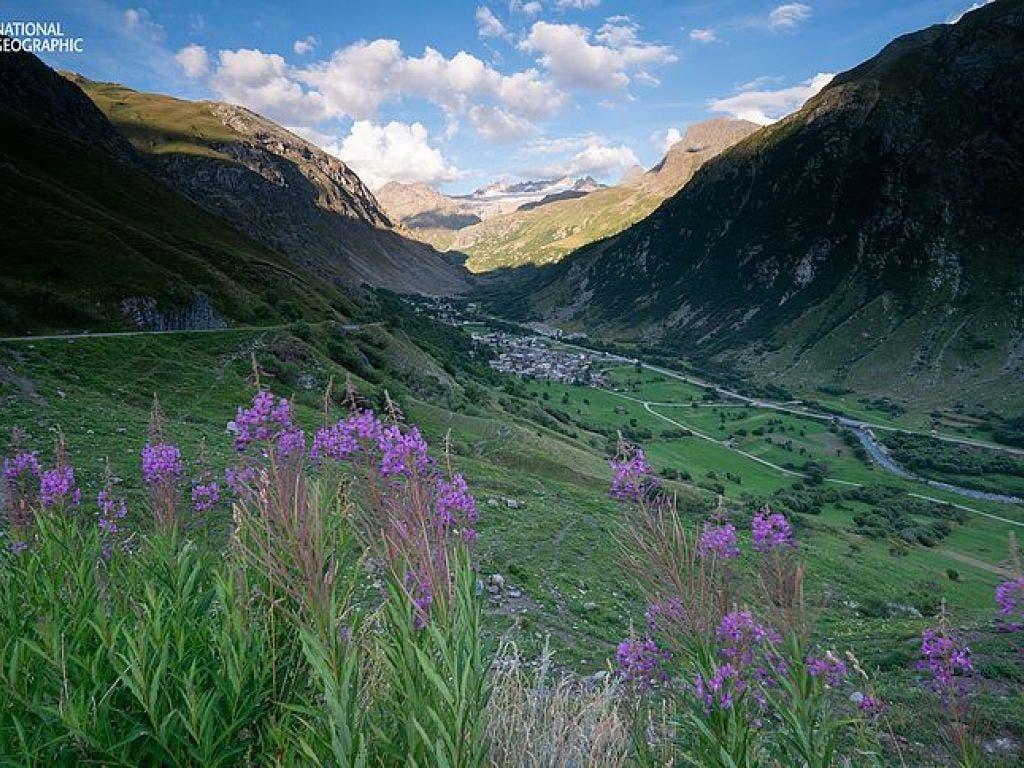 Blick durch ein Gletschertal auf die Bergstadt Val d'Isere in den französischen Alpen. Die Wasserreserven dieses Gebiets gehören laut Studie zu den am stärksten genutzten in Europa. Erfahren Sie mehr unter natgeo.com/PerpetualPlanet.