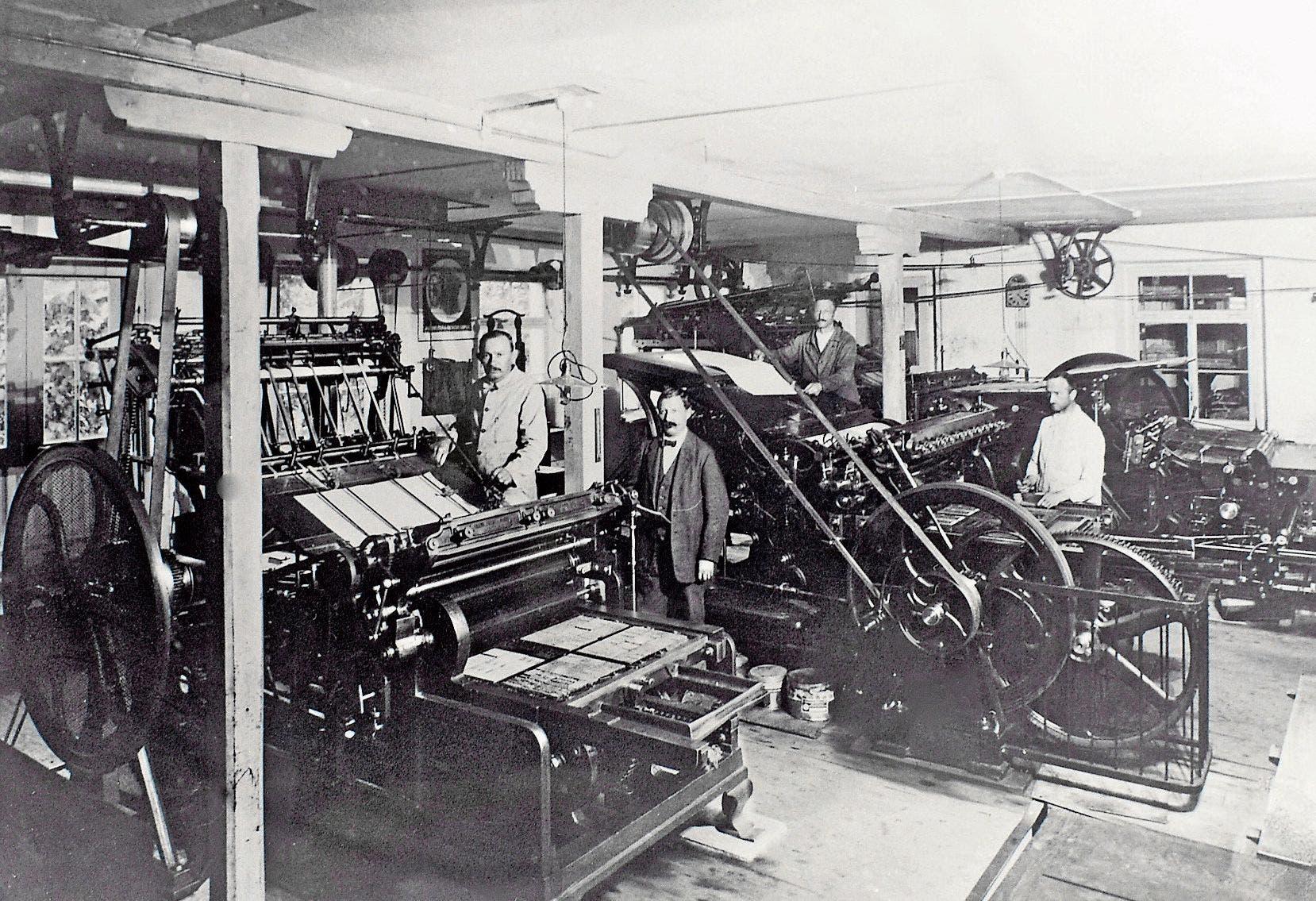 Um 1906: Blick auf die grosse Schnellpresse und die Tiefdruckpresse im Maschinensaal.