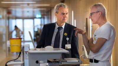 Bildschirme statt Papier: «Lukis»-Projektleiter Xaver Vonlanthen (links) und Marco Rossi, Chefarzt Infektiologie am Luzerner Kantonsspital, demonstrieren, wie der digitale Alltag im Spital aussieht. (Eveline Beerkircher)