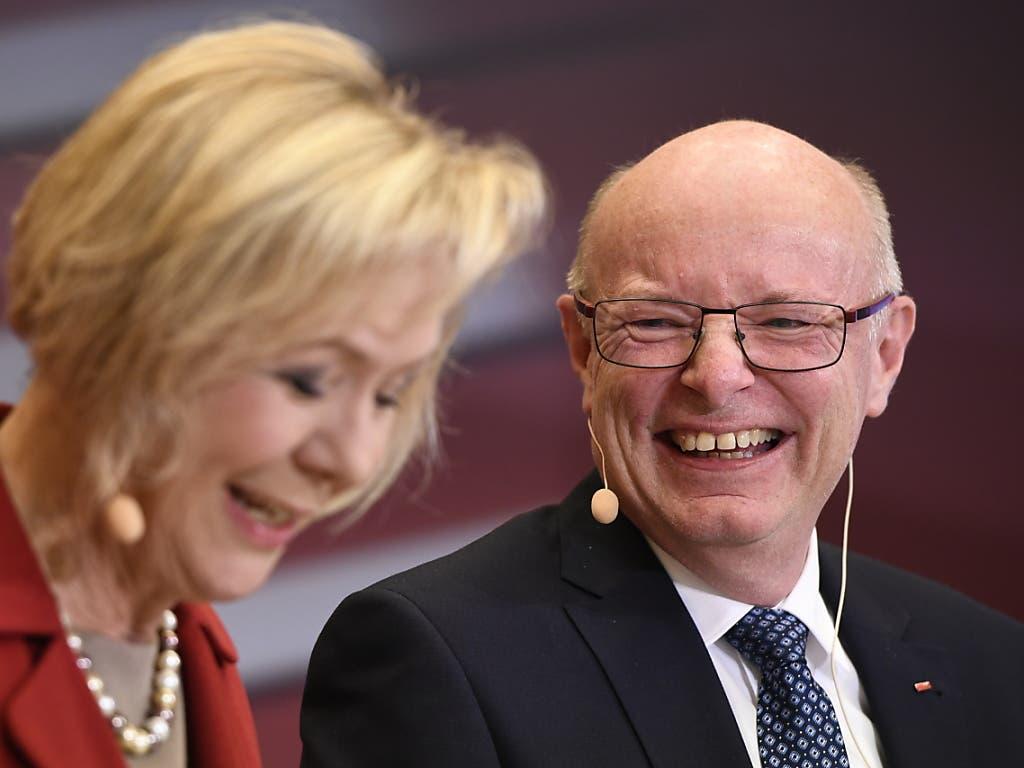 Gut gelaunter neuer SBB-CEO Vincent Ducrot an der Medienkonferenz in Bern. Links seine Chefin Monika Ribar, Verwaltungsratspräsidentin der SBB.