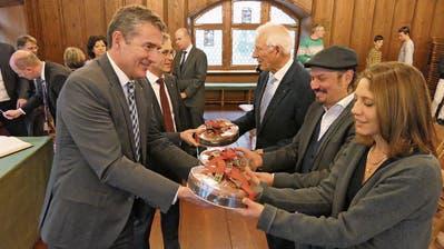 Die Stadträte André Wicki und Karl Kobelt übergeben Oskar Rickenbacher, Stefan Chiovelli und Monica Vanoli-Straub die Lebkuchen (von links).