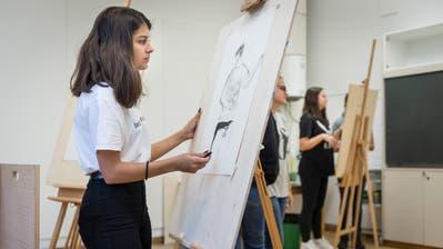 Eine Talentschülerin wird im Bereich Gestaltung im Schulhaus Bürgli zusätzlich gefördert. (Hanspeter Schiess (20. August 2019))