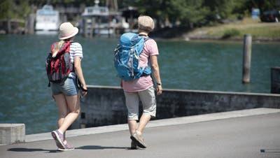 Sommerbild: Wanderer auf dem Weg der Schweiz. Am Ufer des Urnersees (Florian Arnold Neue Uz, Neue Urner Zeitung)