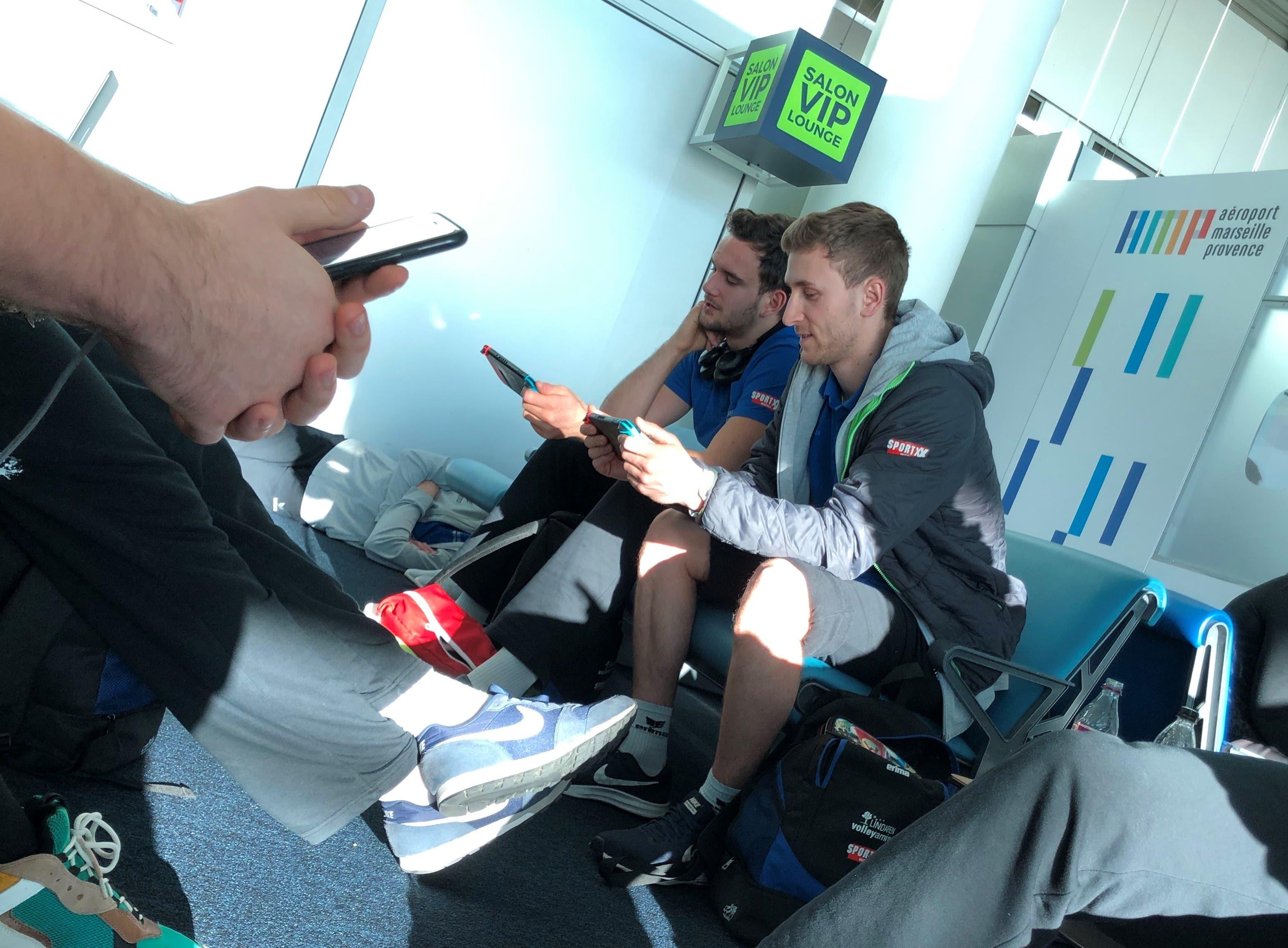 Gamepads und Smartphones sind treue Begleiter der Spieler (Julian Weisigk, links, und Luca Müller) auf einer Europacup-Reise. Oft spielen sie auf ihren Geräten gegeneinander, was immer wieder für Lacher und kleine Sticheleien sorgt.