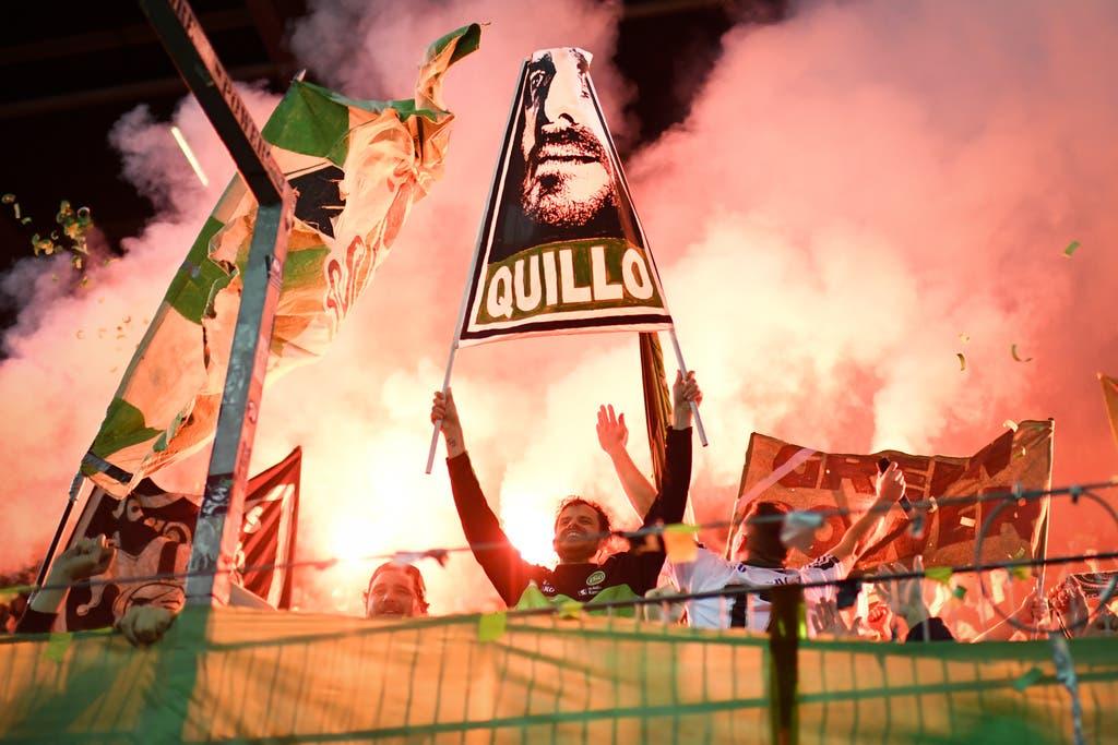 Feuriger Abschied: Tranquillo Barnetta lässt sich vom – und im – Espenblock feiern.