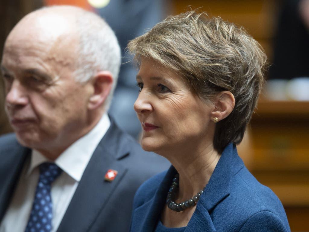 Bundespräsident Ueli Maurer und Simonetta Sommaruga, die am Mittwoch als Bundespräsidentin des Jahres 2020 zu seiner Nachfolgerin gewählt wurde. (KEYSTONE/ Anthony Anex)