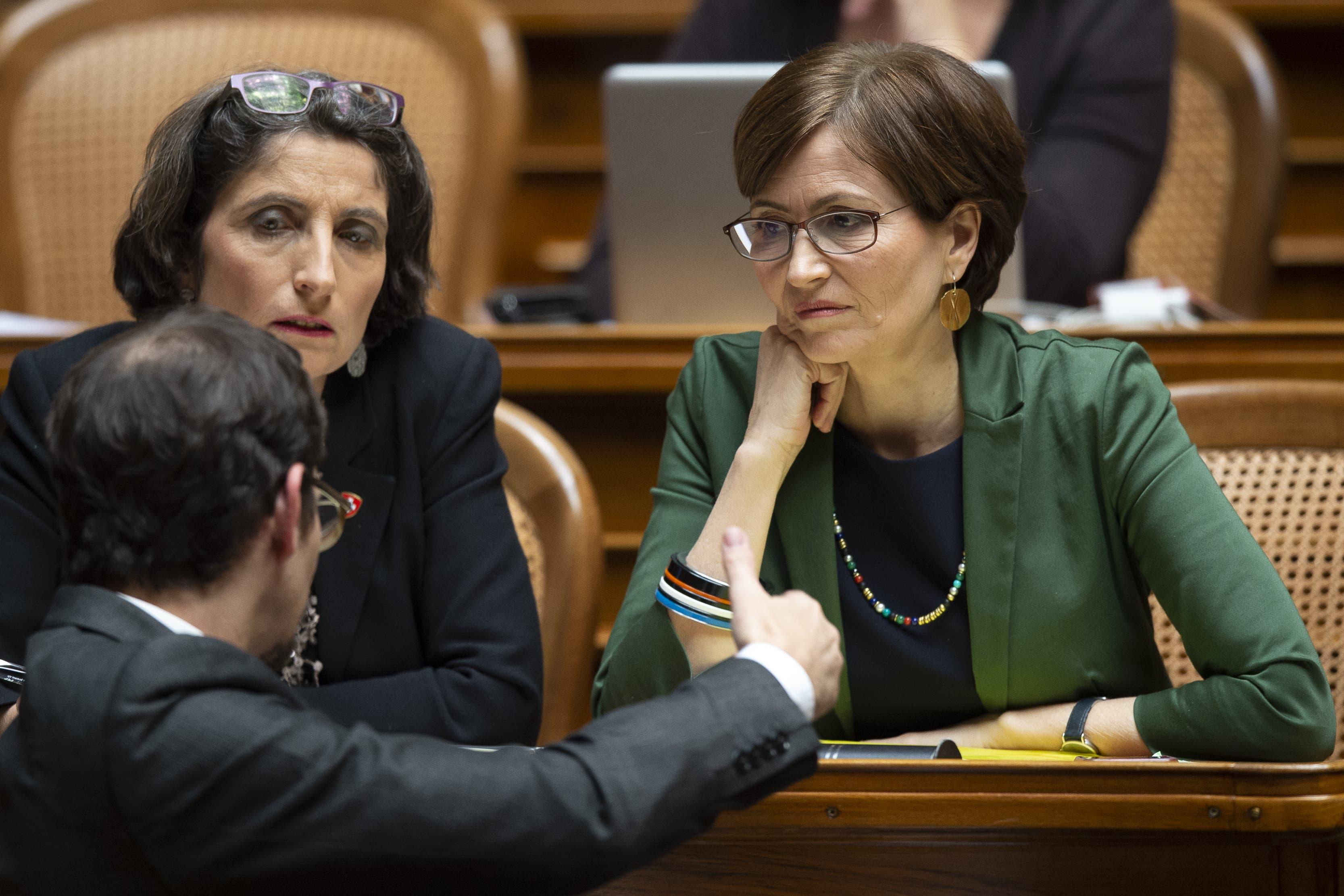 Die Zuger Nationalrätin Manuela Weichelt-Picard (links) sitzt im Nationalrat direkt neben Grünen-Bundesratskandidatin Regula Rytz.