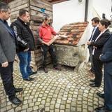 Vor dem Historischen Bauteillager in Kradolf-Schönenberg: Peter Steiner, Eric Gerber, Urs Neuhauser, Martin Eugster, Carmen Haag und Achim Kayser. ((Bild: Reto Martin))