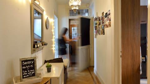 Blick in eine von mehreren hundert Luzerner Wohnungen, deren Mieterin ihr Zuhause über Airbnb anbietet. (Bild: Nadia Schärli (26. August 2019))