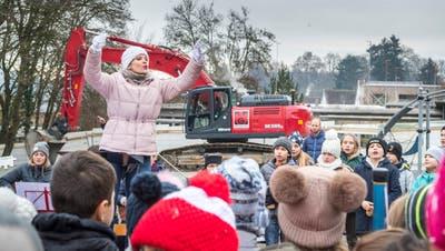 Lehrerin Tanja Gall dirigiert den Schülerchor, der die Schulanlage Schollenholz besingt. (Bild: Andrea Stalder)