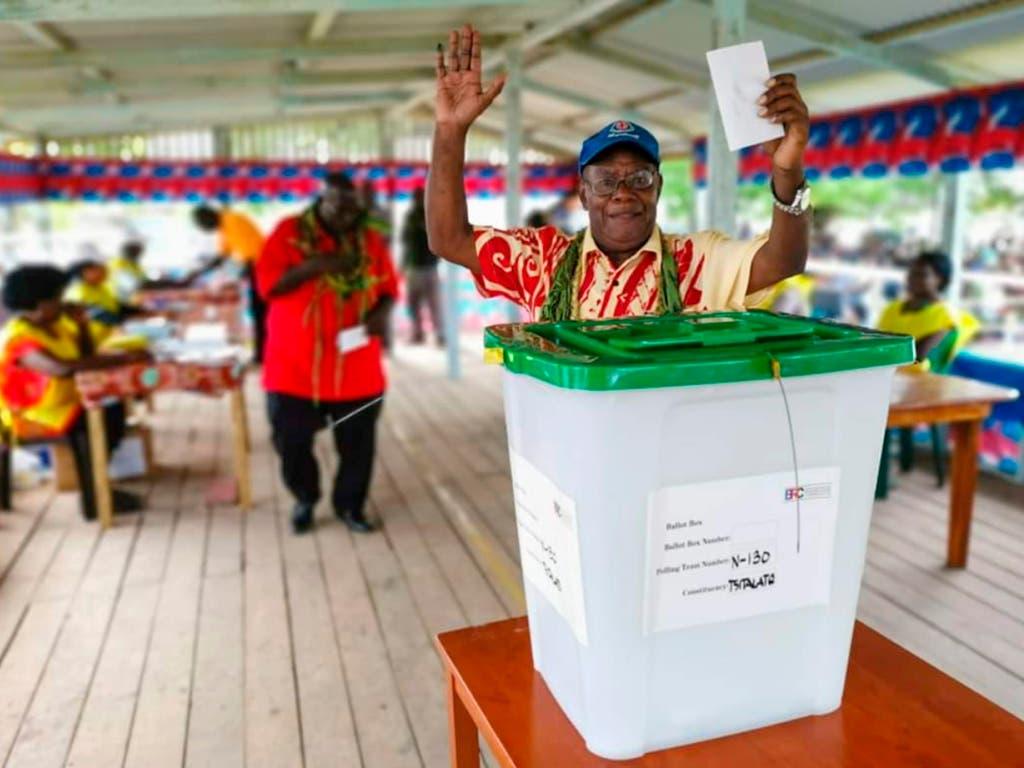 Ein Mann bei der Stimmabgabe im November in Buka auf der zur Papua-Neuguinea gehörenden Pazifikinsel Bougainville.