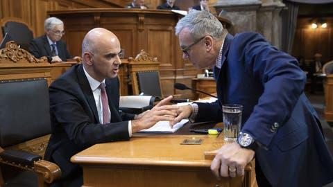 Ernste Diskussion: FDP-Ständerat Ruedi Noser (r.) hat mit seinen Anträgen die Ausbaupläne von Sozialminister Alain Berset (SP) zurechtgestutzt. (Peter Klaunzer/Keystone)