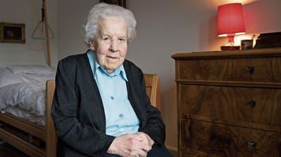 Rösli Bischof in ihrem Zimmer an der Neugasse 44, in dem sie seit 78 Jahren schläft.