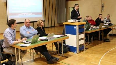 Gemeindepräsident Hanspeter Zehnder im Reigen der Hüttwiler Gemeinderatsmitglieder. ((Bild: Claudia Koch))