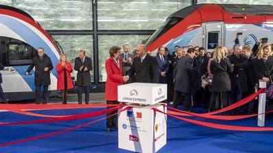 Bundesrätin Simonetta Sommaruga, links, mit Frankreichs Botschafter Frederic Journesbei der feierlichen Eröffnung des «Léman Express» am Donnerstag am neuen Genfer Bahnhof Eaux-Vives. (Martial Trezzini, KEYSTONE)