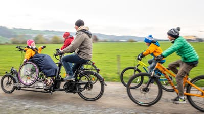 Sara kann dank dem Spezialvelo (hier gesteuert von ihrem Vater) trotz Rollstuhl Veloausflüge der ganzen Familie miterleben. (Bild: Roger Grütter (1. Dezember 2019))