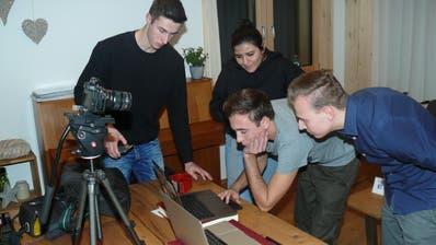 Die Protagagonisten betrachten die Aufnahmen nach der Podiumsdiskussion. (Bild: Franz Steiner)