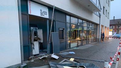 Unbekannte sprengten den Bancomaten der Raiffeisenbank Sevelen. ((Bild: Reto Vincenz))