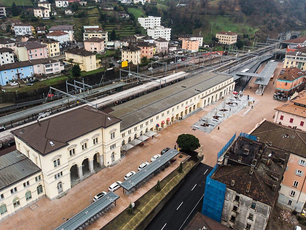 Der Bahnhof Bellinzona mit dem neuen Busbahnhof (rechts im Bild).