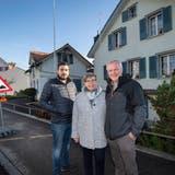 Philipp Popp mit Mutter Priska Popp und Vater Hans Popp vor ihrem Haus, das viele Mängel habe und verschwinden soll. (Ralph Ribi)