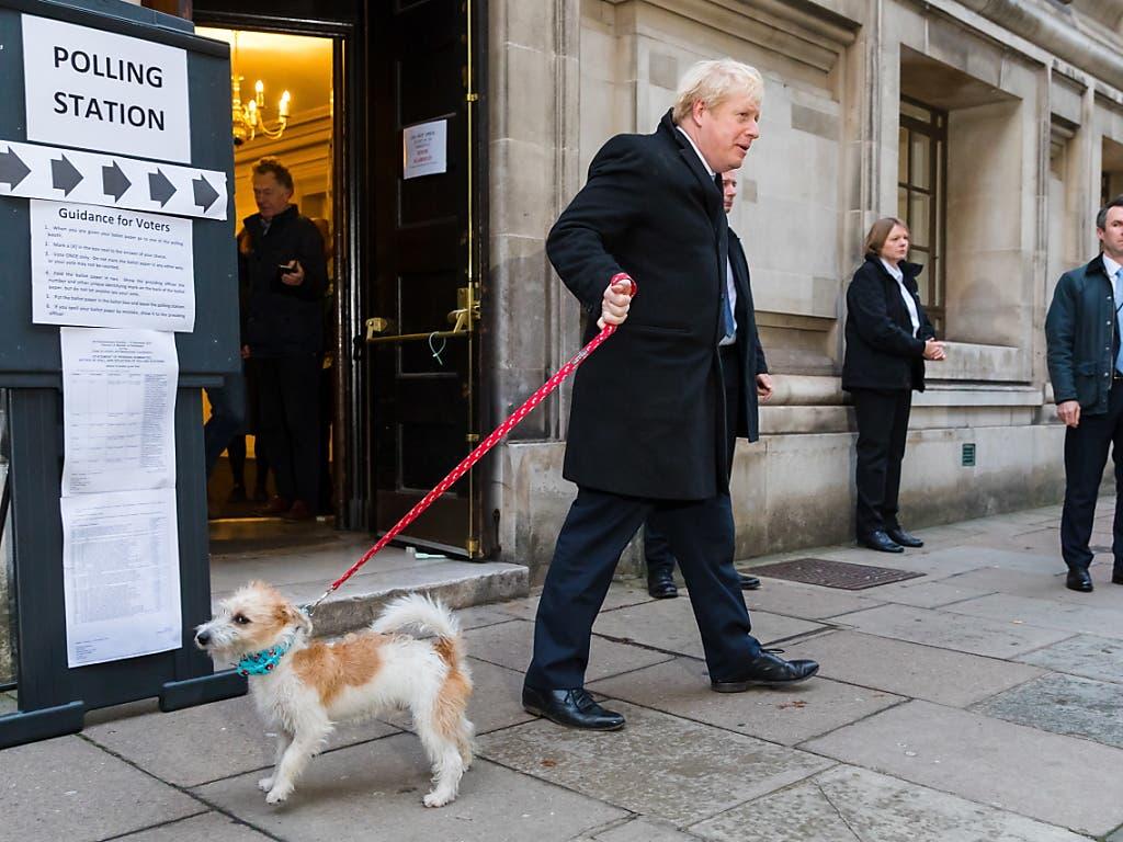 Premierminister Boris Johnson wählte in der Nähe seines Amtssitzes in der Downing Street. Er kam mit seinem Hund Dylan.
