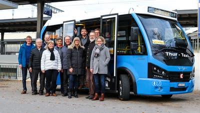 Vertreter des Pro-Ortsbus-Komitees vor einem Bus, der bald durch Weinfelden fahren könnte. (Bild: PD)