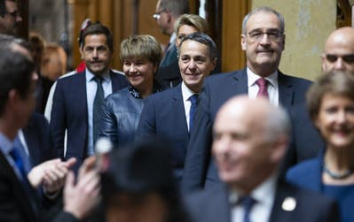 Weitermachen! Der wiedergewählte FDP-Bundesrat Ignazio Cassis, Mitte, kommt mit Viola Amherd, Guy Parmelin, Alain Berset, Simonetta Sommaruga und Ueli Maurer in den Nationalratssaal. (Bild: Peter Klaunzer / Keystone)