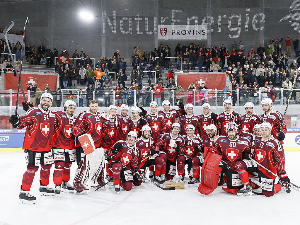 Die Schweizer feiern in Visp vor fast 4000 Zuschauern den historischen Sieg - den höchsten gegen Russland aller Zeiten