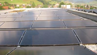 Solaranlage auf dem Dach der Schule Oberdorf. (Bild: PD)
