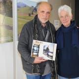 H.R. Fricker mit Ehefrau Verena vor einer «Miiin-Ort-Tafel» im Alters- und Pflegezentrum in Appenzell. ((Bild: APZ))