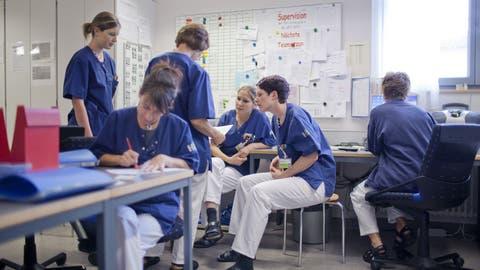 Pflegemitarbeiterinnen des Krankenhauses in Flawil im Kanton St. Gallen halten eine Sitzung ab. (Gaetan Bally, KEYSTONE)