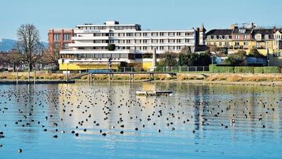 Blick vom See aufs Hotel Metropol, das seit drei Jahren geschlossen ist. ((Bild: Max Eichenberger))