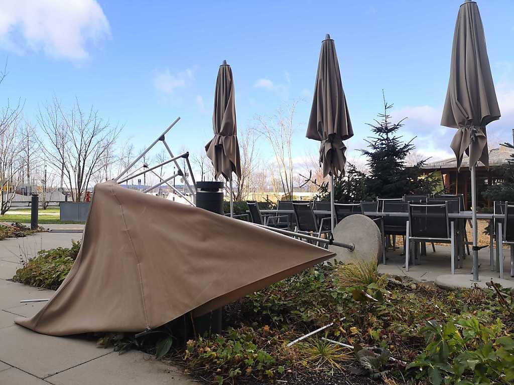 Was nicht festgezurrt oder schwer genug ist, läuft am Samstag Gefahr, von den Sturmböen erfasst und umgeworfen zu werden.