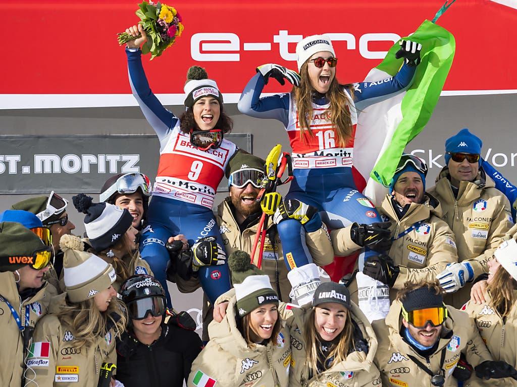 Das italienische Team feiert den Doppelsieg von Sofia Goggia (Nummer 16) und Federica Brignone