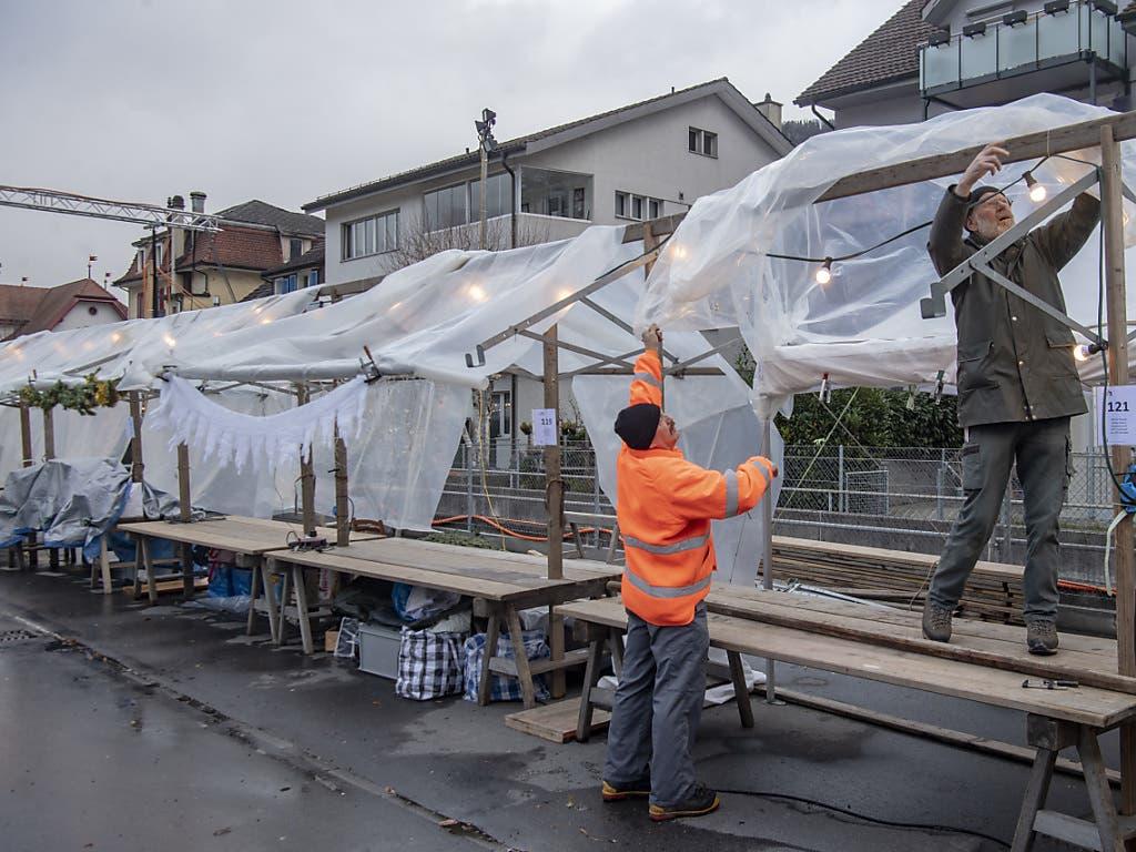 Der Wintersturm verursachte viele kleine Schäden, wie etwa hier beim Stanser Weihnachtsmarkt. Dieser fand daher verzögert statt.