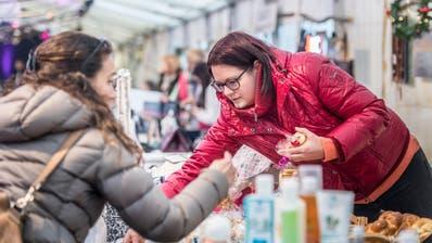 Im Kreuzlinger Weihnachtszelt auf dem Boulevard werden feine Köstlichkeiten verkauft. (Bild: Andrea Stalder)