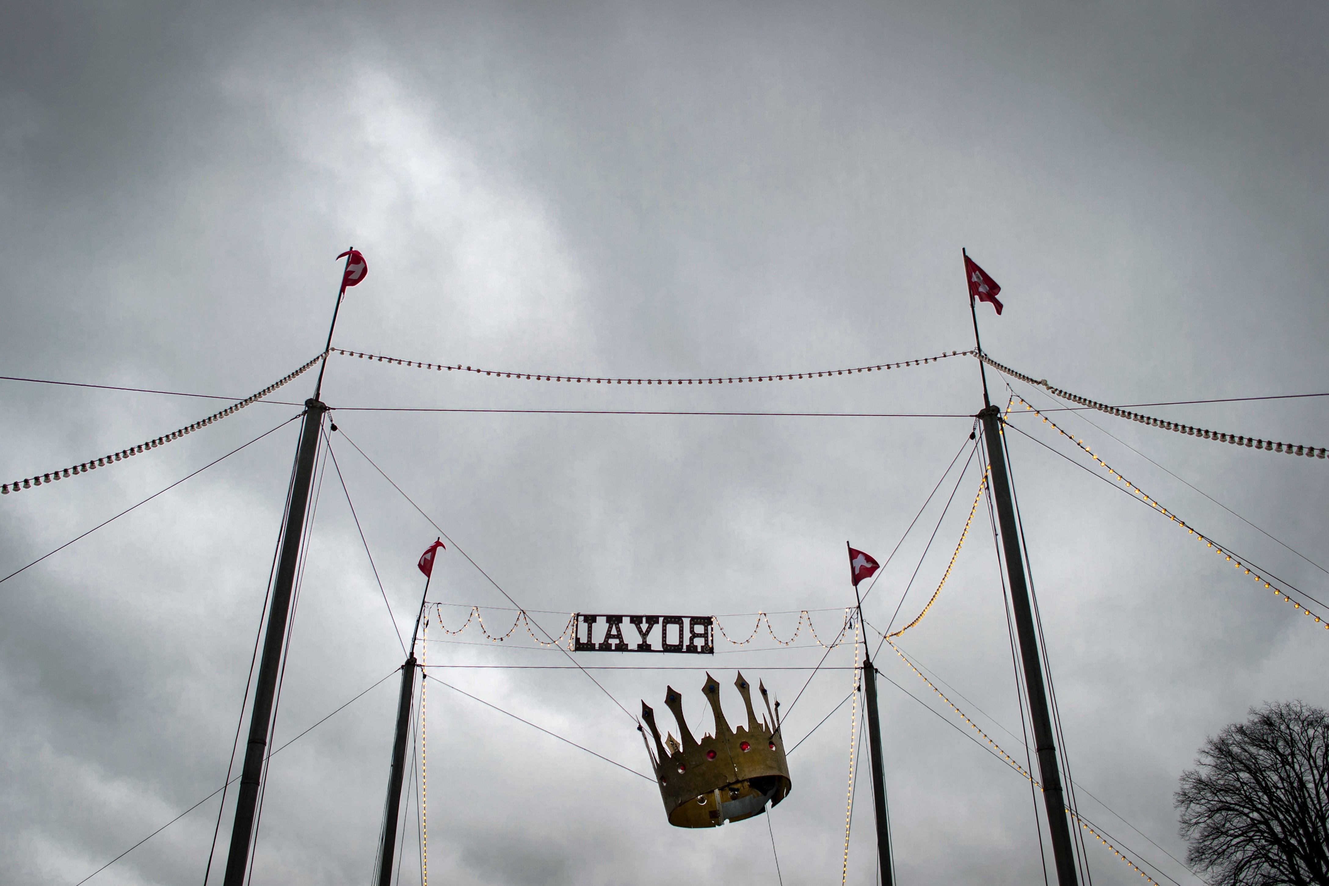 Die Krone h&aumlngt schief: &Uumlber dem Circus Royal sind dunkle Wolken aufgezogen.
