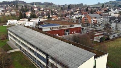 Das Schrägdach des Sekundarschulzentrums Weitsicht in Märstetten muss saniert werden. Darauf soll zusätzlich eine Photovoltaikanlage entstehen. ((Bild: Mario Testa))