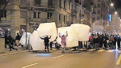 Unter Begleitung von lauter Musik zogen die illegalen Demonstranten durch die Strassen der Neustadt. (Bild: PD (Luzern, 9. Dezember 2016))