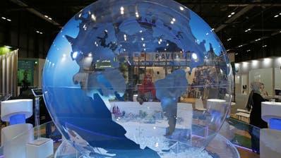 Was muten wir der Erde zu in den nächsten Jahrzehnten? Kritischer Blick einer Besucherin der Weltklimakonferenz in Madrid. (Paul White, AP)